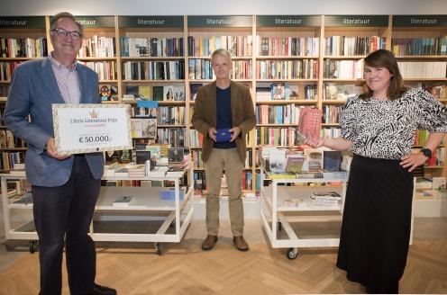 Sander Kollaard ontvangt bronzen legpenning Libris Literatuur Prijs